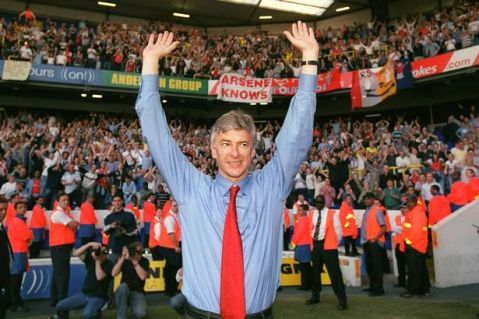Manager-Arsene-Wenger-celebrates-Arsenal-winning-the-Premier-League-in-2004